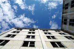 Das Buckner-Gebäude brachte einmal die gesamte Stadt von Whittier, Alaska unter Stockbild