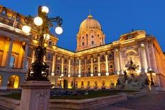 Das Buda Schloss in Budapest mit einer Straßenbeleuchtung Stockbild