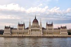 Das Budapest-Parlament kontrastieren Schuß lizenzfreie stockbilder