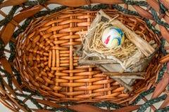 Das bunte Ei im Korb Stockfoto