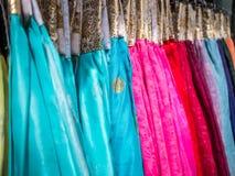 Das bunte Hanbok, das koreanische traditionelle Seidenkleid u. die Verzierungen für Frauen Miete für Touristen Stockbild