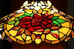 Das bunte leadlight, das befleckt wurde, färbte das Glas, das hängendes Licht hängt Stockfoto