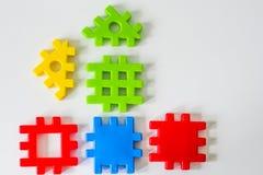 Das bunte Puzzlespiel, das von den Spielwaren gemacht wird, warten auf Erfüllung Konzept für komplettes oder Traumleben Lizenzfreies Stockfoto