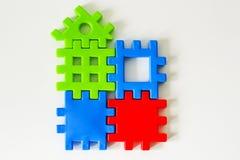 Das bunte Puzzlespiel, das von den Spielwaren gemacht wird, warten auf Erfüllung Konzept für komplettes oder Traumleben Stockfotografie