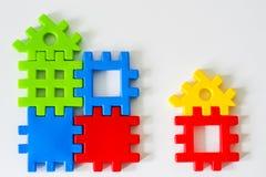 Das bunte Puzzlespiel, das von den Spielwaren gemacht wird, warten auf Erfüllung Konzept für komplettes oder Traumleben Lizenzfreie Stockbilder