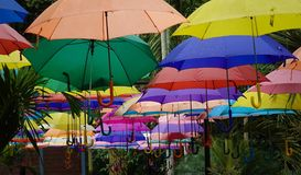Das bunte von Regenschirmen lizenzfreie stockbilder