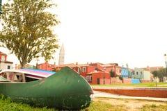 Das Burano von Venedig im Nebel lizenzfreie stockfotografie
