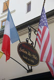 Das Café Procope in Paris mit Porträts von berühmten Verfassern und von revolutionnary Politikern Benjamin Franklin, Jean Jacques Lizenzfreies Stockbild