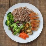 Das cenouras saudáveis de Bruxelas da couve da salada de frango da galinha do peito da carne da carne do trigo mourisco da dietét fotos de stock royalty free