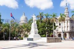Das Central Park von Havana mit dem Kapitol im Hintergrund Lizenzfreie Stockbilder