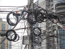 Das Chaos von Kabeln und von Drähten auf jeder Straße stockbilder