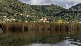 Das charakteristische Dorf von Massaciuccoli gesehen vom homonymen See, Lucca, Toskana, Italien lizenzfreies stockfoto