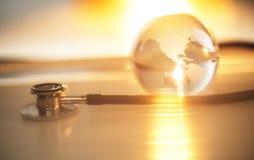 Das Chestpiece und Crystal Globe des Stethoskops Stockfotos