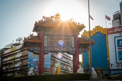 Das Chinatown-Tor an Yaowarat-Straße, Bangkok, Thailand stockfotografie