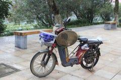 Das chinesische elektrische Fahrrad des Gastarbeiters stockbilder