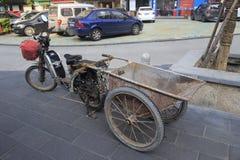 Das chinesische elektrische Fahrrad des Gastarbeiters lizenzfreie stockbilder