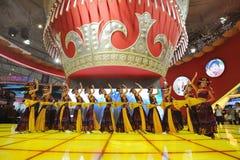 Das chinesische Yi-Mädchentanzen lizenzfreie stockfotos