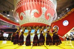 Das chinesische Yi-Mädchentanzen stockbild