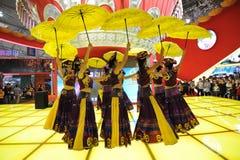 Das chinesische Yi-Mädchentanzen stockfoto
