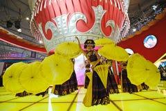 Das chinesische Yi-Mädchentanzen Stockbilder