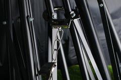 Das Chrommetall fesselte Knechtschaft auf der Stativszene mit Handschellen lizenzfreie stockfotografie