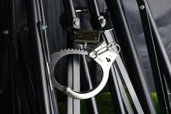 Das Chrommetall fesselte Knechtschaft auf der Stativszene mit Handschellen stockfotografie