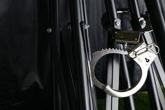 Das Chrommetall fesselte Knechtschaft auf der Stativszene mit Handschellen lizenzfreies stockbild