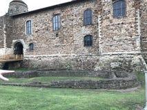 Das Colchester-Schloss-Museum ist Norman Keep, der auf Roman Temple mit einem angelsächsischen Burggraben in Colchester, Großbrit Stockbilder