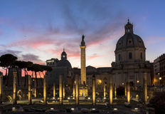 Das Colonna Traiana (Trajanssäule) in Rom bei Sonnenuntergang Lizenzfreie Stockfotografie