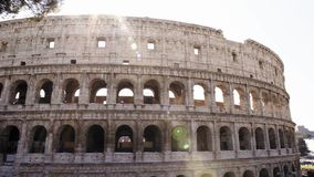 Das Colosseo in Rom Das Colosseum alias Flavian Amphitheatre, ein ovaler Amphitheatre in der Mitte von stock video footage