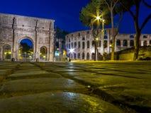 Das Colosseum bis zum Nacht Stockfotografie