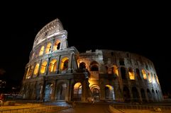 Das Colosseum nachts stockfotografie