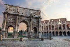Das Colosseum und die Konstantinsbogenansicht mit buntem Himmel und keinen Leuten stockbilder