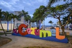 Das Cozumel-selfie Zeichen an der Dämmerung auf dem Hauptplatz der Insel stockbilder