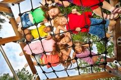 Das crianças do olhar gridlines embora do campo de jogos Imagens de Stock