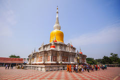 Das curcular Gehen der buddhistischen Leute mit Blumen, Kerzen und incen Stockbild