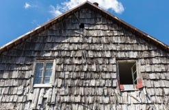 Das Dach der hölzernen Fliese des alten ländlichen Hauses Hölzerner Dachbeschaffenheitshintergrund Stockfoto