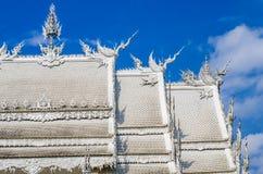 Das Dach der weißen Kirche unter blauem Himmel In Wat Rong Khun Lizenzfreie Stockfotografie