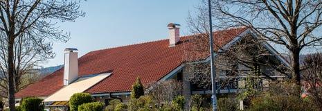 Das Dach des Hauses mit roten Fliesen lizenzfreies stockbild