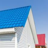Das Dach des Landhauses wird mit Metalldeckung bedeckt Stockfoto