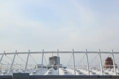 Das Dach des Stadions unter dem blauen Himmel Lizenzfreies Stockbild