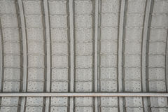 Das Dach hergestellt von der Blechtafel als Hintergrund Stockfotografie