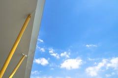 Das Dach mit gelben Säulen und blauer Himmel mit irgendeiner Wolke Sehr passend für Gebrauch als Hintergrund Stockfotografie