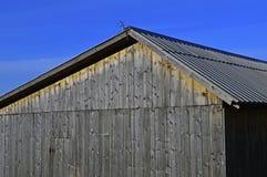 Das Dach und die bewaldete Wand stockfotos