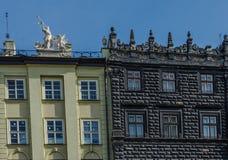 Das Dach und die Fenster der Häuser auf dem Marktplatz in Lemberg Stockfotos
