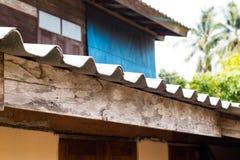 Das Dach wird vom Haus, Dach von alten Fliesen bedeckt Lizenzfreie Stockfotos