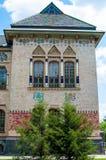 Das Dach wird von den Fliesen, von den Fenstern mit Spalten und von der Fassade des Museums hergestellt Lizenzfreie Stockfotografie