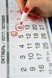 Das Datum vom 6. Oktober 2017 wird auf dem Kalender markiert stockbilder