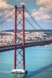 Das 25 De Abril Bridge ist eine Brücke, welche die Stadt von Lissabon anschließt Lizenzfreie Stockfotos