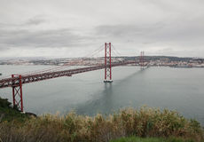 Das 25 De Abril Bridge in Lissabon, Portugal Stockfotografie